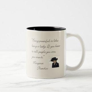 """Citaat die van Margaret Thatcher het """"krachtig… Tweekleurige Koffiemok"""