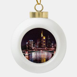 Cityscape van Frankfurt bij Nacht Keramische Bal Ornament