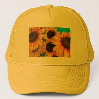 close-up van   gebloeide zonnebloemen op trucker pet