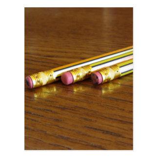 Close-up van gebruikte potloodgommen op houten briefkaart