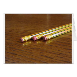 Close-up van gebruikte potloodgommen op houten wenskaart