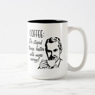 Coffee Do Stupid Things sneller Tweekleurige Koffiemok