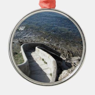 Concrete trap neer aan het zee. Spiraalvormige Zilverkleurig Rond Ornament