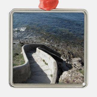 Concrete trap neer aan het zee. Spiraalvormige Zilverkleurig Vierkant Ornament