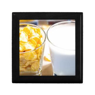 Cornflakes en melk voor ontbijt decoratiedoosje