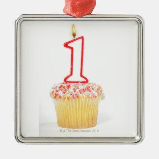 Cupcake met een genummerde verjaardagskaars 10 zilverkleurig vierkant ornament