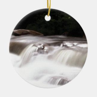dalende waterstroom rond keramisch ornament