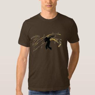 Dans met de T-shirt van Nota's