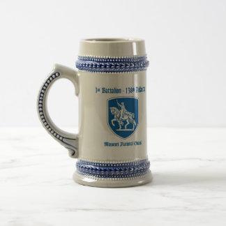 de 1/138ste Stenen bierkroes van de Infanterie Bierpul