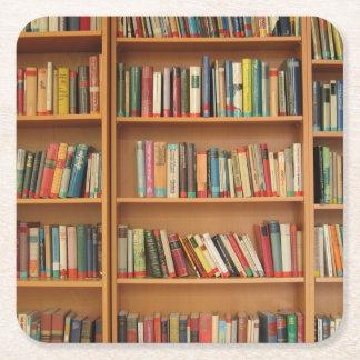 De achtergrond van het boekenrek vierkante onderzetter