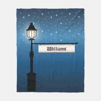 De antiek Post van de Lamp bij Nacht met de Fleece Deken