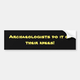 De archeologen doen het op hun knieën! bumpersticker