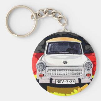 De Auto van Trabant en Duitse Vlag, de Muur van Be Basic Ronde Button Sleutelhanger
