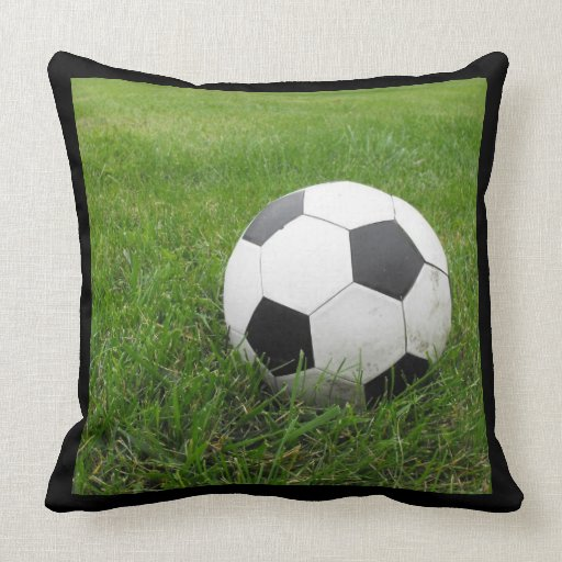 De bal van het voetbal in gras decoratie kussen zazzle - Verkoop synthetisch gras ...