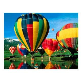 De Ballons van de hete Lucht bij Oever van het Briefkaart