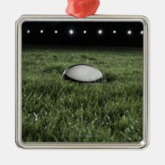 De balzitting van het rugby op de grashoogte zilverkleurig vierkant ornament