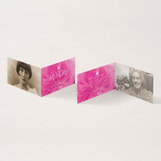 De begrafenis in het houden van geheugen van roze kaart