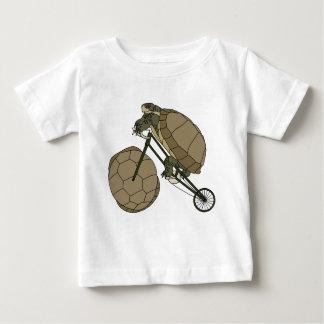 De Berijdende Fiets van de schildpad met de Wielen Baby T Shirts