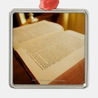 De bijbel zilverkleurig vierkant ornament