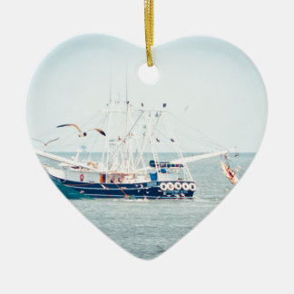 De blauwe Boot van Garnalen op de Oceaan Keramisch Hart Ornament