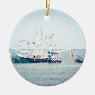 De blauwe Boot van Garnalen op de Oceaan Rond Keramisch Ornament