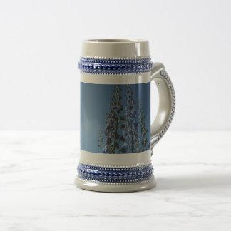 De Blauwe stenen bierkroes Delpininiums van de Bierpul