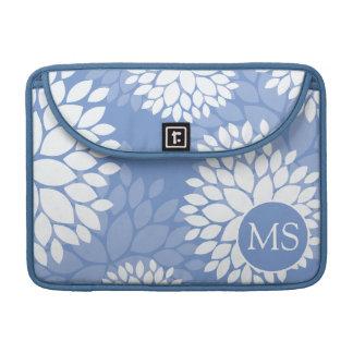 De blauwe Witte Bloemen van het Monogram Sleeves Voor MacBook Pro