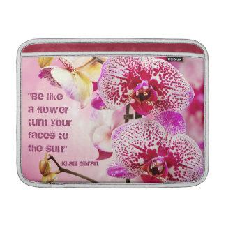 De bloemen achtergrond van het citaatbloemen van K Sleeve For MacBook Air