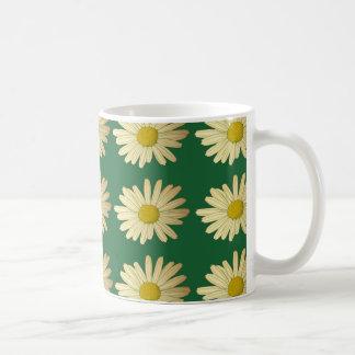 De bloemen van Daisy op een groen gazon Koffiemok