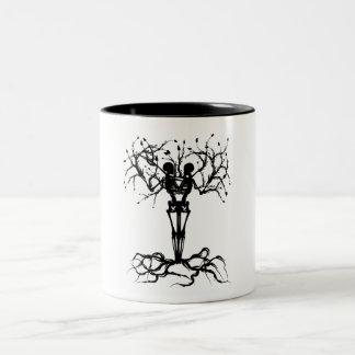 De boom van het leven overvalt samen tweekleurige koffiemok
