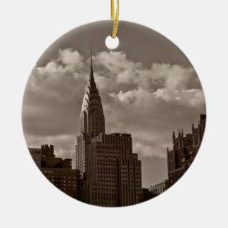 De Bouw van Chrysler en de Horizon van New York Rond Keramisch Ornament