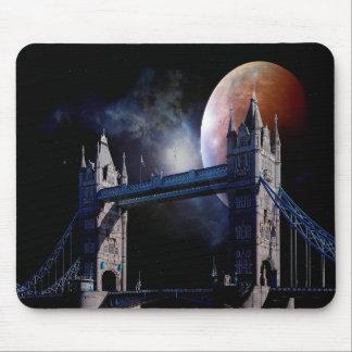 De brug van de Toren van Londen bij nacht met het Muismat
