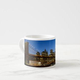De Brug van Manhattan en van Brooklyn bij schemer Espresso Kop