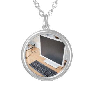 De bureaucomputer van in computerklasse op school ketting rond hangertje