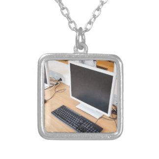 De bureaucomputer van in computerklasse op school zilver vergulden ketting