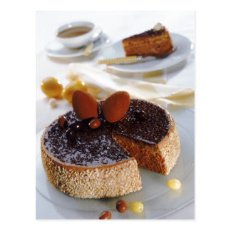 De cake van de chocolade op bord, close-up briefkaart