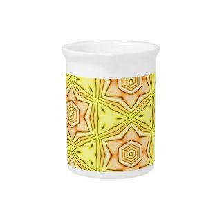 De caleidoscoop van de bloem op gele waterkruik drink pitcher