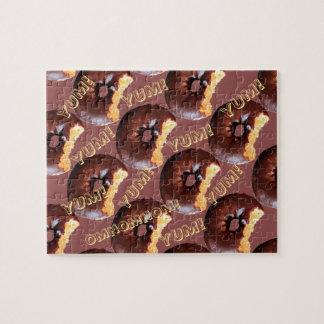 De chocolade berijpte de Gele Doughnut van de Cake Puzzels