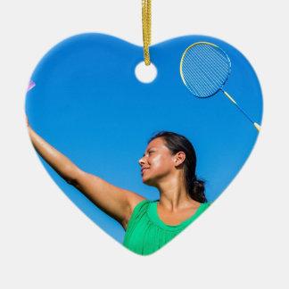 De Columbiaanse vrouw dient met badmintonracket Keramisch Hart Ornament