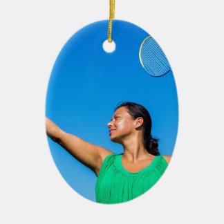 De Columbiaanse vrouw dient met badmintonracket Keramisch Ovaal Ornament