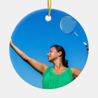 De Columbiaanse vrouw dient met badmintonracket Rond Keramisch Ornament