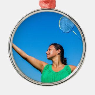 De Columbiaanse vrouw dient met badmintonracket Zilverkleurig Rond Ornament