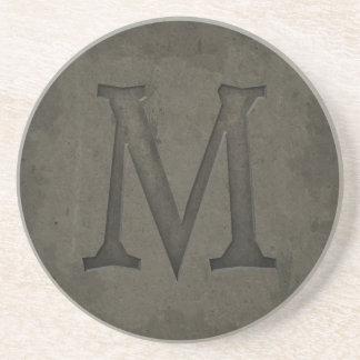 De concrete Brief M van het Monogram Zandsteen Onderzetter