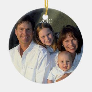 De Datum van de Foto van de familie met Kerstmis Rond Keramisch Ornament