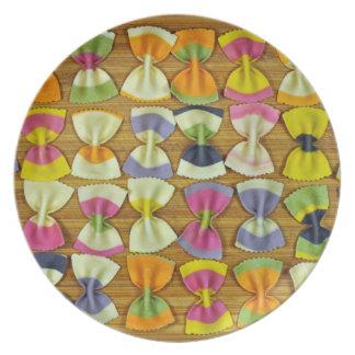 De deegwarenpatroon van de regenboog melamine+bord