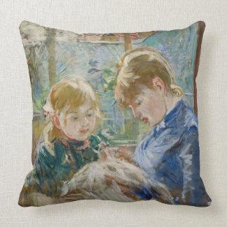 De dochter van de Kunstenaar, Julie, met haar Sierkussen