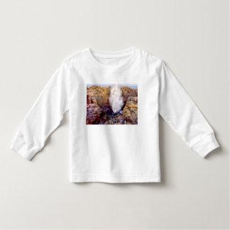 De douche van het water toe te schrijven aan kinder shirts