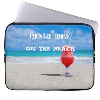 De Drank van de cocktail op het Strand Laptop Sleeve