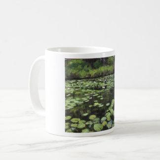 De druk van het water lillies op koffiemok