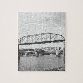 De dubbele Zwart-witte Fotografie van de Brug Foto Puzzels
